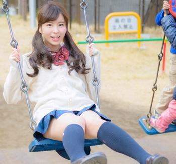 ブランコに乗る角谷暁子